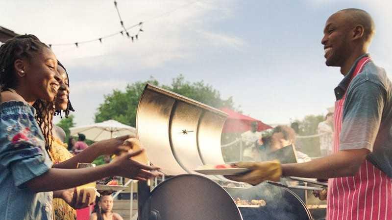 Pessoas grelhando e compartilhando um churrasco