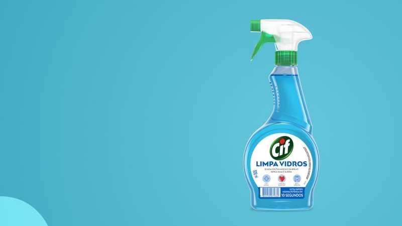Espuma sobre um fundo azul com spray Cif