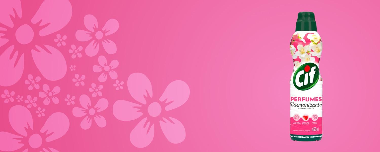Dispersão de flores sobre fundo rosa