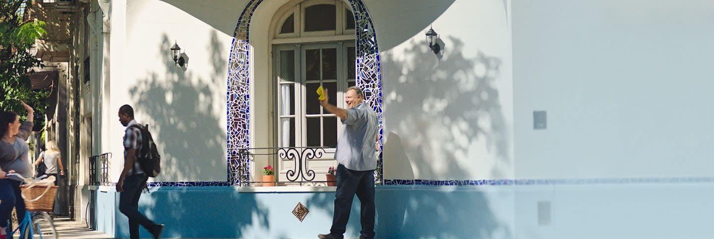 Homem limpando um edifício