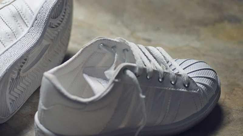 Imagem com sapatos brancos